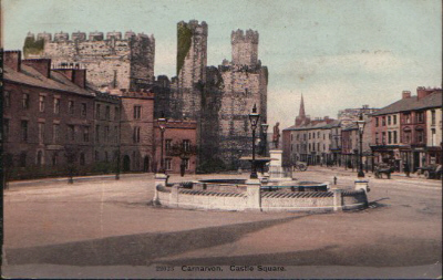 Castle Square. The two end houses in the left-hand terrace, in front of the castle, were demolished to give a clear view of Queen Eleanor's Gate at the Investiture of 1911. © K. Morris